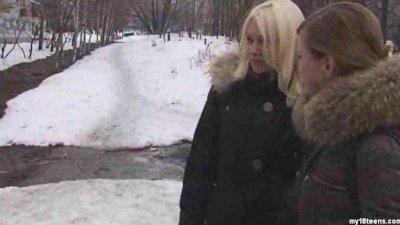 Dos adolescentes rusas conocen a turistas