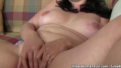 Chubby and mature housewife gets finger fucked