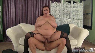 Fat MILF Lady Lynn eats cum