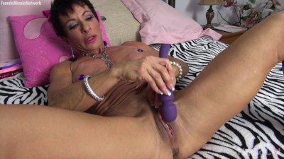 Muscular Anna Phoenixxx Plays With Her Big Clit