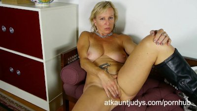 Nicole fingers her wet mature puss to get off.