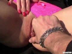 al aire libre jovencita con ganas de sexo se masturba en el sofá   Rasuradas