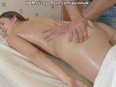 Man masseert kleine tietjes van jong meisje tijdens het neuken - gratis sex film over Kleine borsten sex.