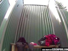 Madurita tetona penetrada por un desconocido en la ducha del motel - Video Pilladas -
