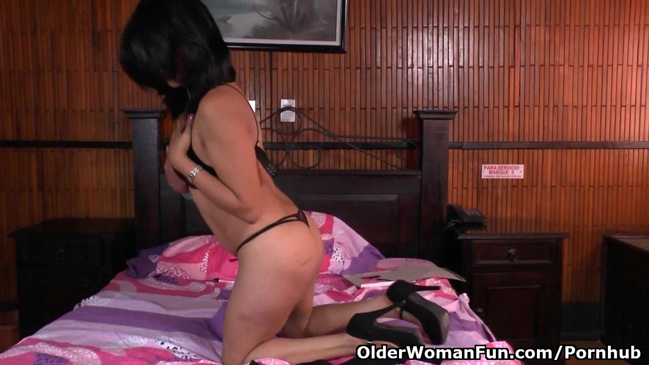 Latina milf Veronica gets her pussy juiced up in nylon pantyhose