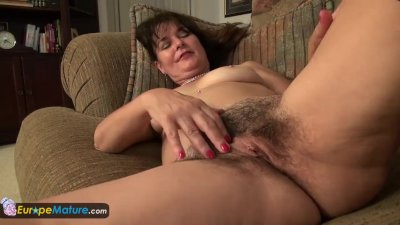 Older mature landlady Lori toying by Europemature
