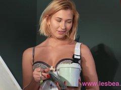 Lesbea Tracy Lindsay gives face sitting Ukrainian pussy eating orgasm