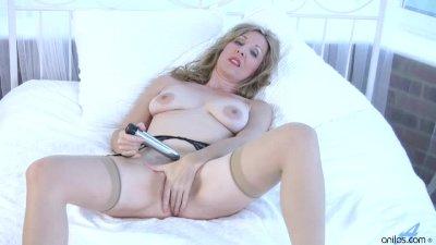 Busty Cougar Dildo video: Camilla Long in amazing solo orgasm