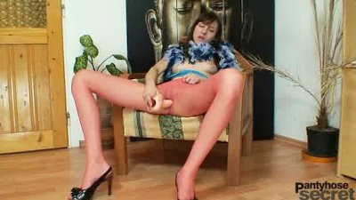 Slim babe Alice got nylon pantyhose legs