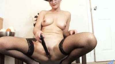 Old amateur mom dildo experience