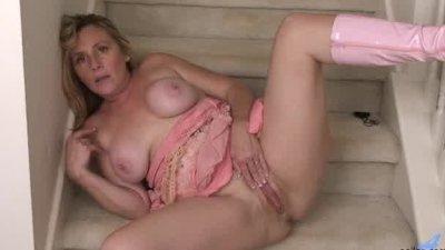 Bigtit housewife slaps her wet