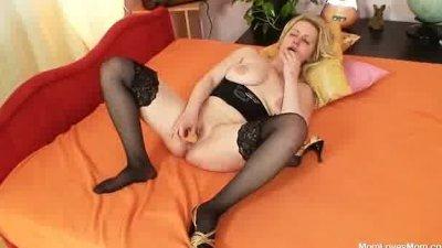Big tits amateur milf plays wi