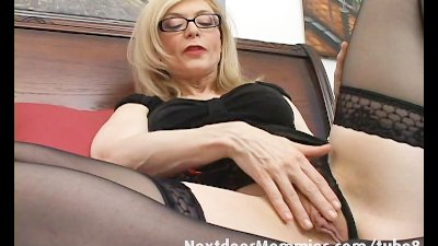 Naughty cougar love to give ha