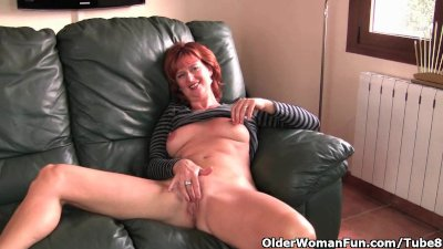 Masturbation Solo porno: Redheaded mature mom plays with her nipples and pussy