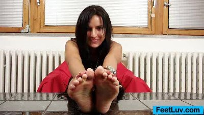 Skinny chick Sharon licks her bare feet