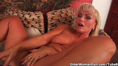 Mature blonde with gorgeous body fucks a dildo