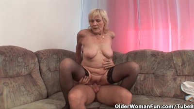Blowjob Cumshot Facial video: Grandma in stockings gets a facial