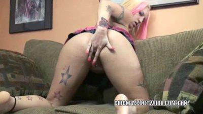 Tattooed MILF Lexxi Meyers finger bangs her pussy