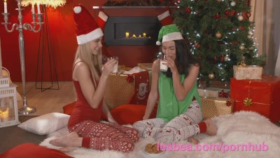 Brunette Fingering Kissing video: Lesbea Xmas girlfriend gets first time fuck with a strap on dildo
