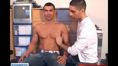 full video: My straight gym trainer made a porn, he gets sucked by a guy !