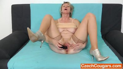 Blonde amateur-mom solo in sto
